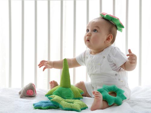 商品で遊ぶ赤ちゃんの画像